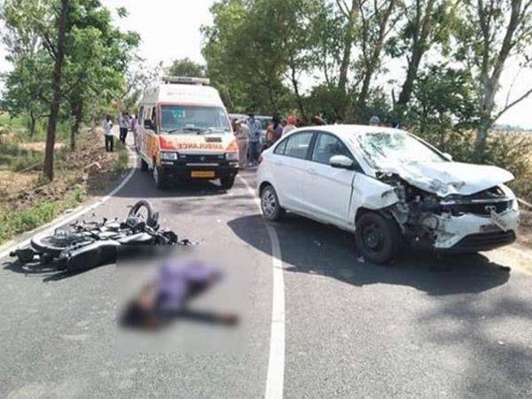 बस्सी पठानां में दुर्घटना के बाद मौके पर क्षतिग्रस्त वाहन, पिता-पुत्र की डेड बॉडी और उन्हें लेने के लिए पहुंची एंबुलेंस। - Dainik Bhaskar
