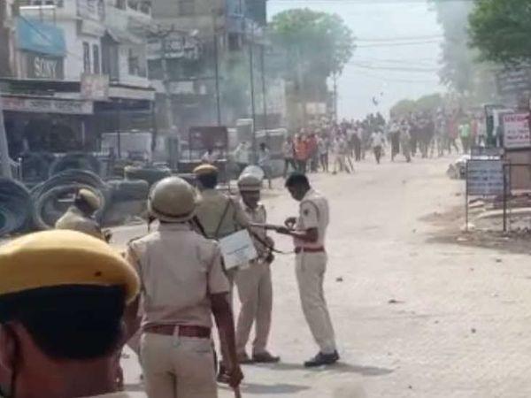 भीड़ ने पुलिस पर भी पथराव किया।