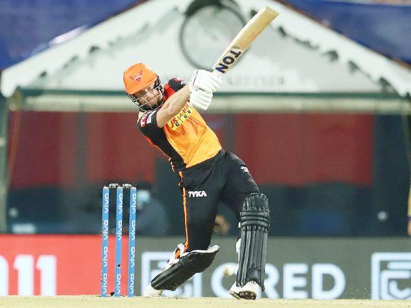 सनराइजर्स टीम के लिए जॉनी बेयरस्टो ने 40 बॉल पर 55 रन की पारी खेली। उन्होंने 3 छक्के और 5 चौके जड़े।