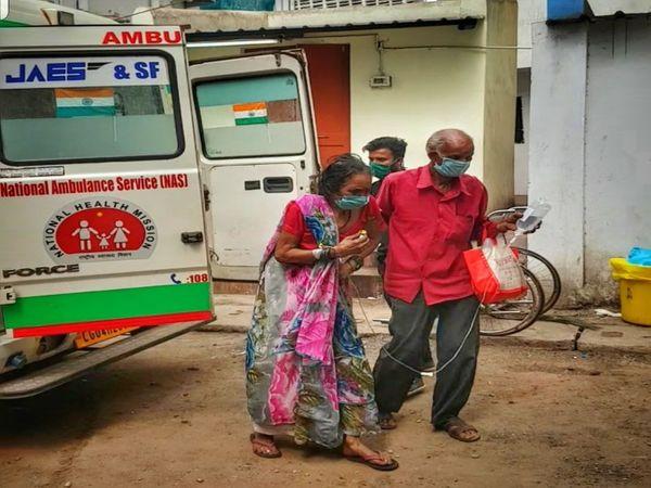 कोविड वार्ड में बुजुर्ग दंपती इस हाल में पहुंचे।  उन्हें भी यहां केवल इंतजार करना पड़ा।  चित्रा रायपुर के अंबेडकर अस्पताल की।