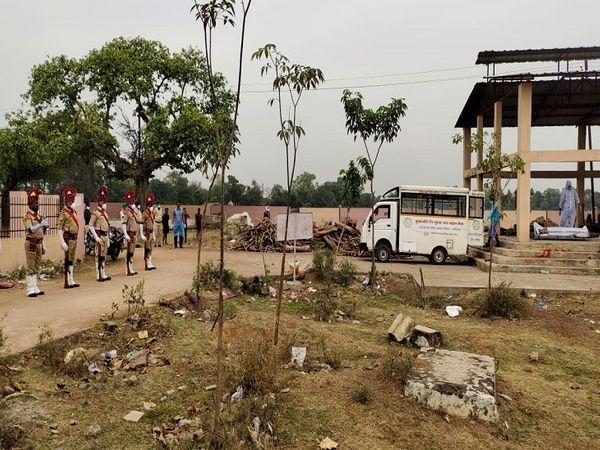 तस्वीर रायपुर के टिकरापारा के श्मशान की है। पूरे सम्मान के साथ पुलिसकर्मियों को अंतिम विदाई दी गई। शहर की कानून व्यवस्था संभालते हुए ये वॉरियर संक्रमित हुए थे। - Dainik Bhaskar