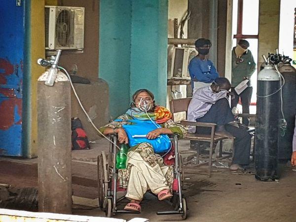 फोटो रायपुर के अंबडेकर अस्पताल की है। यहां वे मरीज हैं जिनकी हालत गंभीर है, जो सांस ठीक से नहीं ले पा रहे हैं।