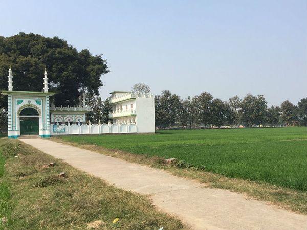 धन्नीपुर गांव में इसी जगह मस्जिद का निर्माण होना है।