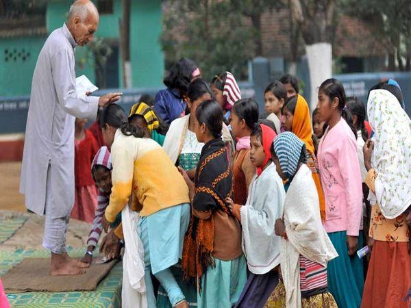 सैनी अपने आश्रम की बच्चियों की ट्रेनिं, डाइट और दूसरी जरूरतों का ख्याल खुद ही रखते हैं।बस्तर के आदिवासी परिवार सैनी का आदर करते हैं।