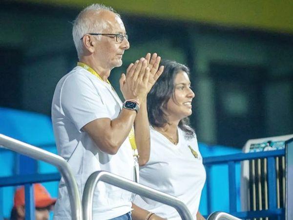 KKR टीम के को-ओनर जय मेहता अपनी बेटी जाह्नवी के साथ मैच देखने पहुंचे।