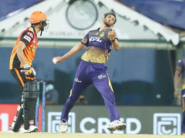 कोलकाता के लिए तेज गेंदबाज प्रसिद्ध कृष्णा ने सबसे ज्यादा 2 विकेट लिए। उन्होंने कप्तान डेविड वॉर्नर और मोहम्मद नबी को पवेलियन भेजा।