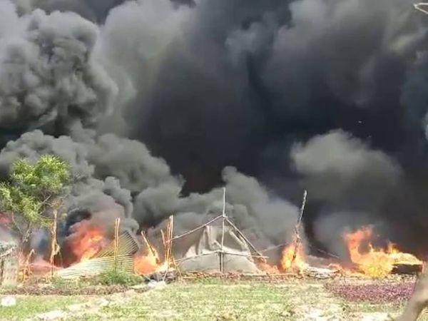 फोटो नोएडा में बहलोलपुर की है। आग लगने के बाद यहां हर तरफ लपटें और धुआं नजर आ रहा था। - Dainik Bhaskar