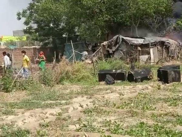 आग लगने के बाद जलती हुई झुग्गियों से अपना सामान निकालने की कवायद करते हुए लोग।