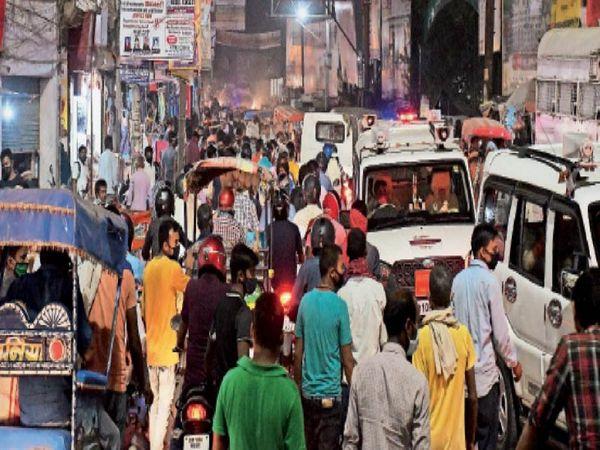 बाजार बंद होने से करीब आधे घंटे पहले स्टेशन रोड में उमड़ पड़ी भीड़। - Dainik Bhaskar