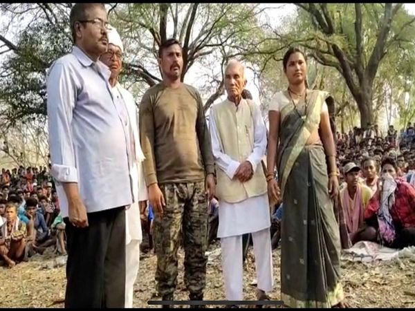 कमांडो राकेश्वर के साथ धरमपाल सैनी। तस्वीर बीजापुर के उस गांव की है जहां नक्सलियों ने कमांडो को रिहा किया था।
