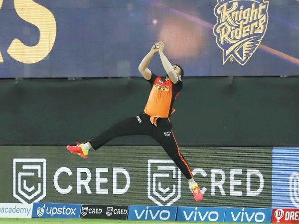 हैदराबाद टीम के फील्डर अब्दुल समद ने बाउंड्री पर ओएन मोर्गन का शानदार कैच लपका।