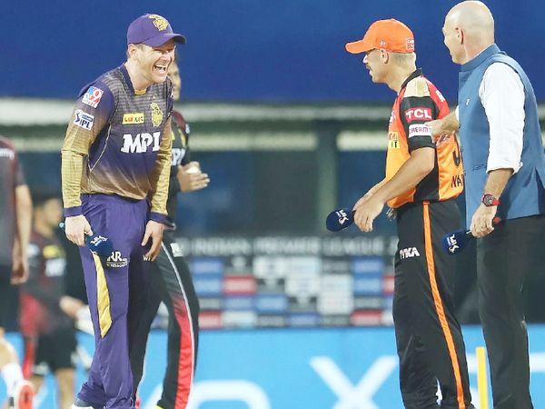 टॉस के दौरान कोलकाता नाइट राइडर्स के कप्तान ओएन मोर्गन और सनराइजर्स हैदराबाद के कैप्टन डेविड वॉर्नर। SRH ने टॉस जीतकर बॉलिंग चुनी थी।