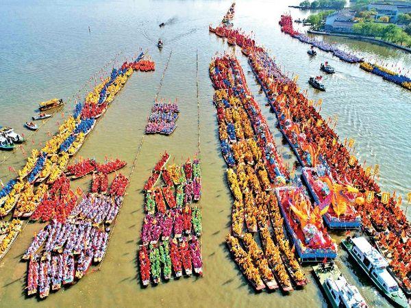 शनिवार को शुरू हुए 3 दिवसीय ड्रैगन बोट फेस्टिवल में 10 हजार से ज्यादा खिलाड़ियों ने हिस्सा लिया। - Dainik Bhaskar