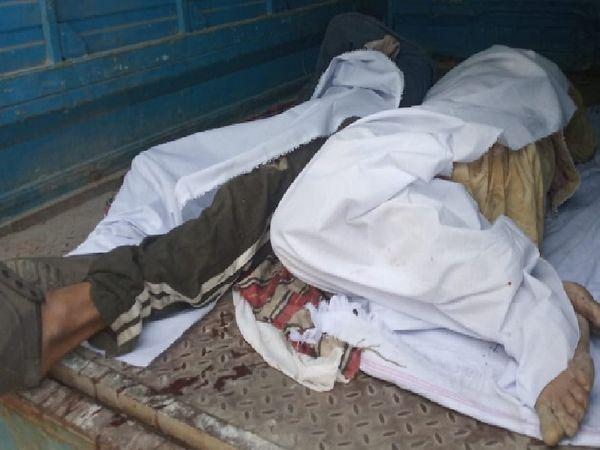 हादसे में मारे गए युवकों की डेड बॉडी गाड़ी में रखी हुई, जिन्हें पुलिस ने मोर्चरी भिजवा दिया। - Dainik Bhaskar