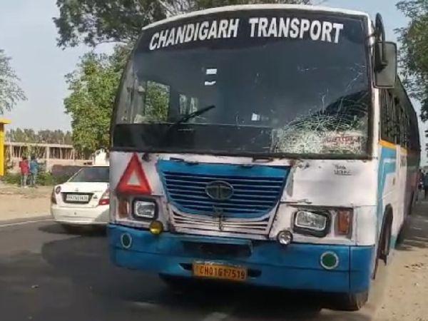 घटनास्थल पर खड़ी हादसे के लिए जिम्मेदार बस, जिसके ड्राइवर और कंडक्टर फरार हैं।