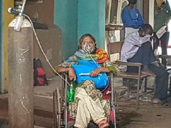 गंभीर मरीजों की बढ़ती संख्या ने प्रदेश के सबसे बड़े अस्पताल का ये हाल कर दिया है।