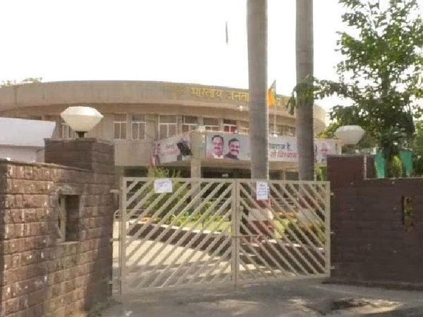 भाजपा के पूर्व संगठन मंत्री माखन सिंह के अलावा 6 कर्मचारियों की रिपोर्ट पॉजिटिव आई है। - Dainik Bhaskar