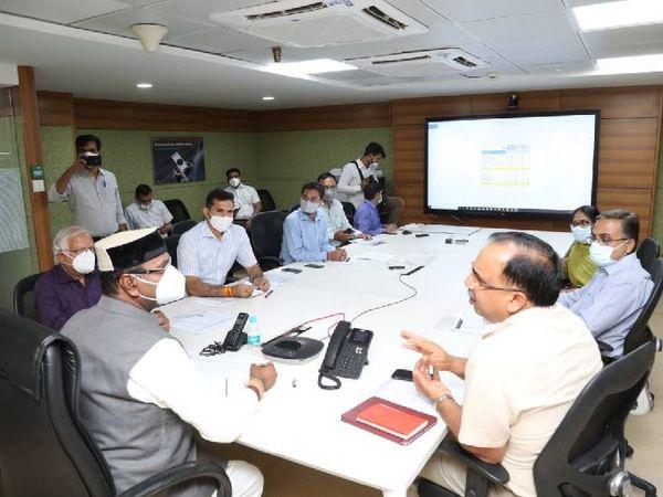 मंत्री सारंग कंट्रोल रूम में बैठक कर समीक्षा बैठक की।