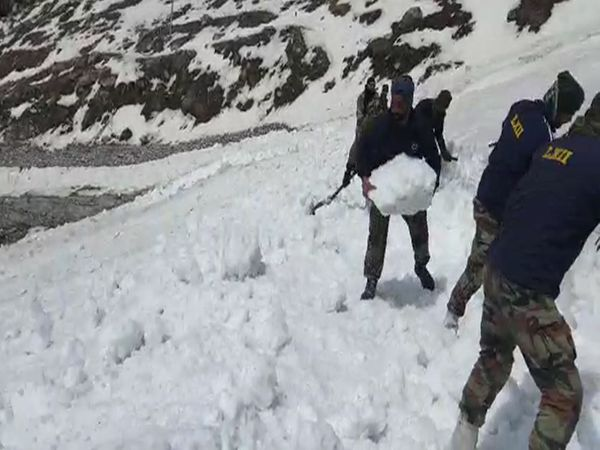 गुरुद्वारा श्री हेमकुंड साहिब में बर्फ जमी रहती है