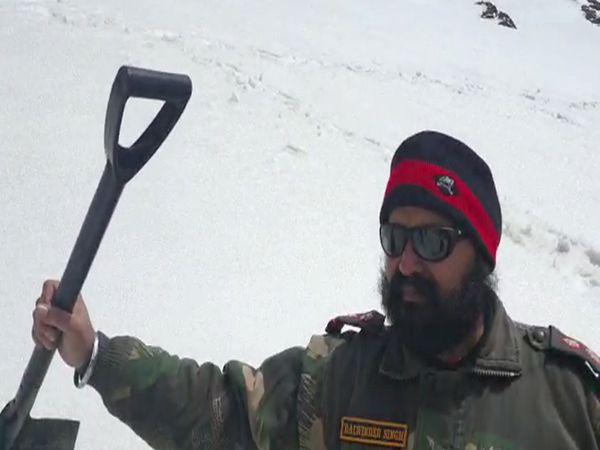 गुरुघर जाने वाले रास्ते पर हर साल बर्फ जम जाती है जिसे सेना के जवान हटाते हैं।