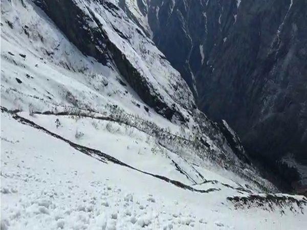 इस समय गुरुद्वारा श्री हेमकुंड साहिब जाने के लिए इस तरह बर्फ जमी हुई है