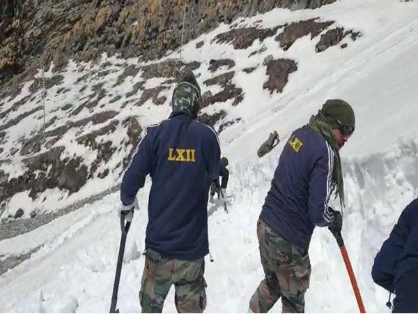 सेना के जवान दिन-रात बर्फ हटाने का काम कर रहे है