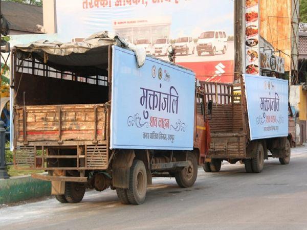 महामारी का हाल ये तस्वीर खुद कह रही है।  बढ़ती मौतों की वजह से शवों के लिए अब ट्रक इस्तेमाल में लाए जाएंगे।  चित्रा रायपुर के स्मार्ट सिटी दफ्तर के बाहर की।