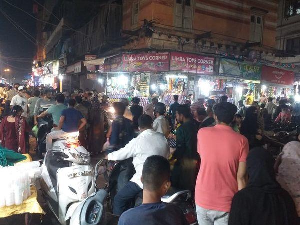 भोपाल में कोरोना कर्फ्यू की घोषणा के बाद दुकानों पर भीड़ लग गई। - Dainik Bhaskar
