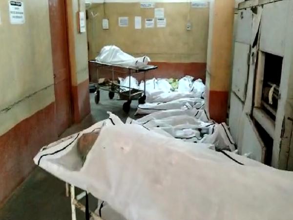 चित्रा रायपुर के अंबेडकर अस्पताल के शव गृह की है।  यहां प्रदेश के कई हिस्सों से मरीज लाए जा रहे हैं, दर्जनों की मौत हो रही है।