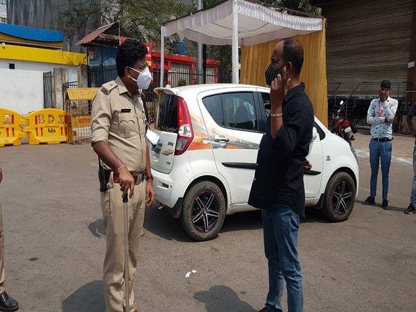 रायपुर के सिटी एसपी लाल पटले खुद चौराहों पर चेकिंग करने उतरे और लोगों से बाहर न निकलने की अपील की।