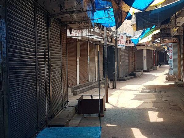 तस्वीर रायपुर के गोल बाजार की है।  लोगों से हर वक्त भरा रहने वाला बाजार वीरान है।