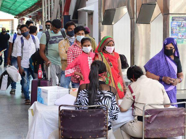 यह फोटो नई दिल्ली रेलवे स्टेशन की है। यहां पहुंच रहे यात्रियों का कोरोना टेस्ट किया जा रहा है। इसी के मद्देनजर रविवार को स्टेशन पर लंबी कतारें देखी गईं। - Dainik Bhaskar