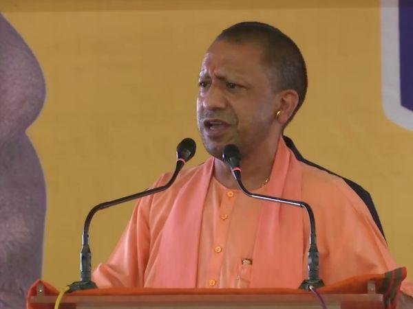 UP के CM योगी आदित्यनाथ एक सभा के दौरान। वे यहां जय श्रीराम और मुस्लिम तुष्टीकरण पर भरपूर फोकस कर रहे हैं।