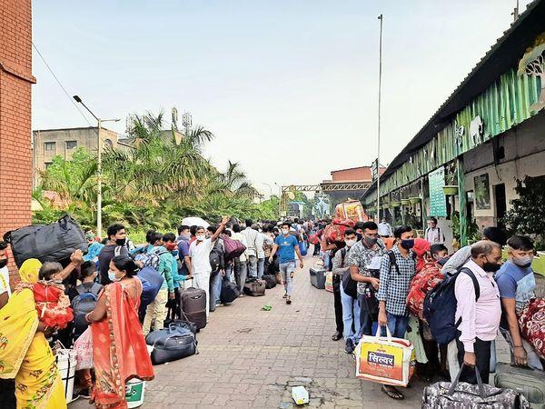 स्टेशन सर्कुलेटिंग एरिया में हजारों की संख्या में कतार लगाकर खड़े यात्री। - Dainik Bhaskar