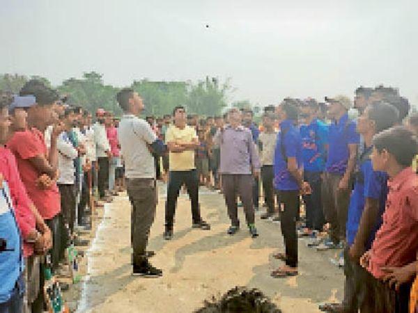 टॉस कर फायनल मैच प्रारंभ करते आयोजक व उपस्थित खिलाड़ी। - Dainik Bhaskar