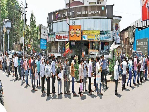 सूरत में BJP कार्यालय में फ्री में रेमडेसिवीर इंजेक्शन बांटे जाने पर बाहर मरीजों के घरवालों की लाइन लग गई थी। इस पर काफी विवाद हुआ था।