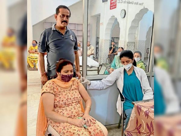 बस्ती बावा खेल के कबीर मंदिर में वैक्सीन लगवाती हुई महिला।-भास्कर - Dainik Bhaskar