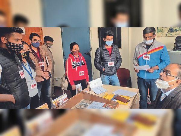 एसएफआई इकाई ने अंडर ग्रैजुएट के फर्स्ट और सेकंड ईयर के छात्रों के सामने आ रही दिक्कतों को लेकर सहायक परीक्षा नियंत्रक को ज्ञापन सौंपा। - Dainik Bhaskar