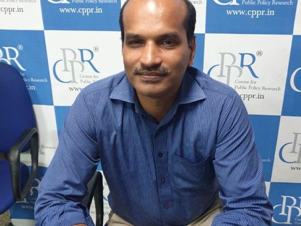 सेंटर फॉर पब्लिक पॉलिसी रिसर्च (CPPR) के चेयरमैन डॉक्टर धनुराज बताते हैं कि केरल के 40 लाख लोग विदेशों में रहते हैं। ये हर साल 80 हजार करोड़ रुपए केरल को भेजते हैं। पिछले साल 20 हजार करोड़ रुपए कम आए। इससे भी केरल के मार्केट में पैसा कम हुआ है।