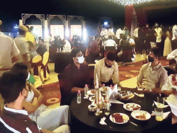 फोटो जयपुर के एक होटल की है। पाबंदियों के बावजूद यहां सोमवार रात कोरोना गाइडलाइन को तोड़ा गया।
