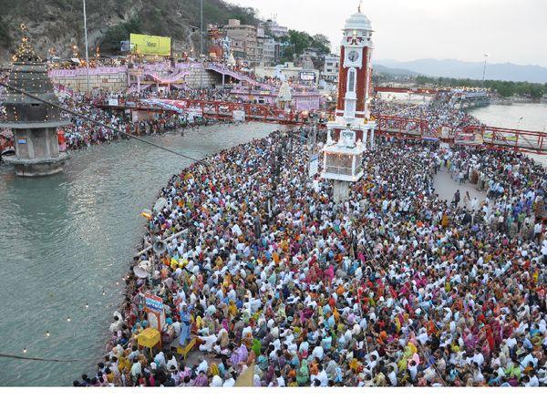 कुंभ मेला प्रशासन के अधिकारी खुद मान रहे हैं कि इतनी भीड़ में दो गज दूरी और मास्क के नियम का पालन करवाना नामुमकिन है। - Dainik Bhaskar