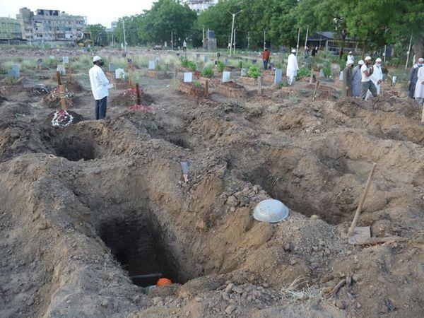 मोरा भागल के कब्रिस्तान में 25 कब्र एडवांस में खोदी गई हैं। अब मशीनों से खुदाई की जा रही है।