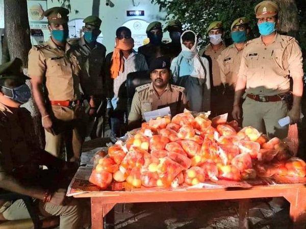 यह फोटो उन्नाव की है। बीते 10 अप्रैल को पुलिस ने 200 किलो जलेबी, लगभग 1100 समोसे जब्त किए थे। 10 लोगों को गिरफ्तार किया था। - Dainik Bhaskar