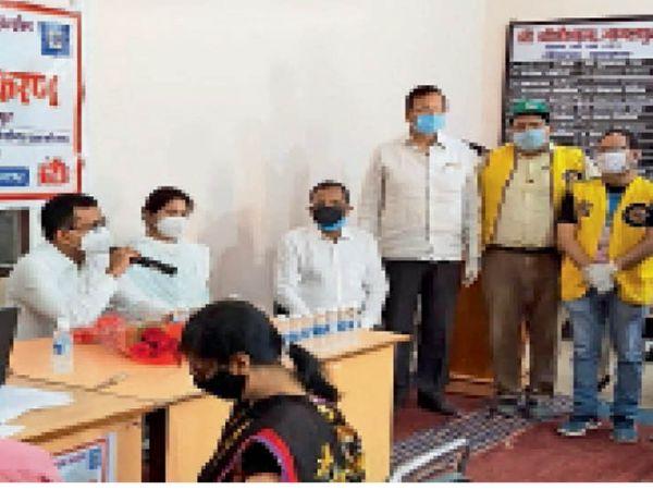 गोशाला में टीकाकरण शिविर के उद्घाटन के मौके पर एसडीओ आशीष नारायण व अन्य। - Dainik Bhaskar