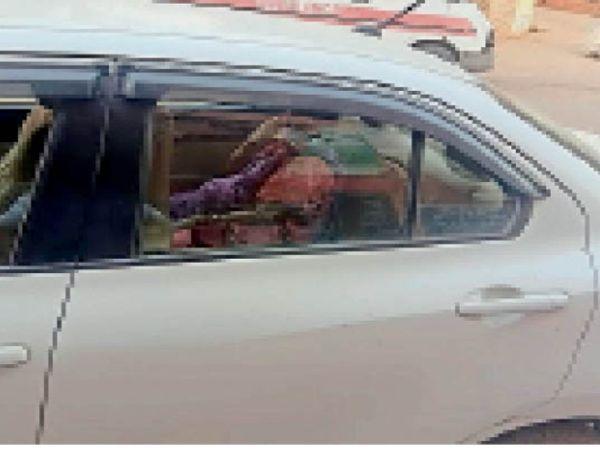 कार में बैठी गर्भवती महिला। - Dainik Bhaskar