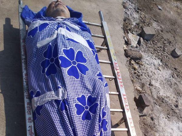 चादर में लपेटकर दे दिया कोरोना मरीज का शव। - Dainik Bhaskar