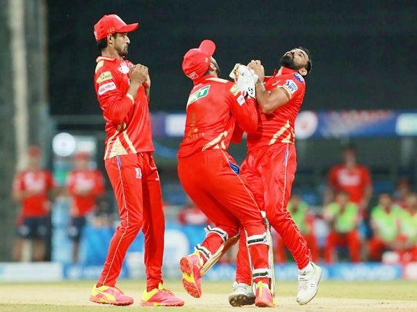 राजस्थान के ओपनर बेन स्टोक्स का कैच लेने के दौरान बॉलर मोहम्मद शमी और विकेटकीपर कप्तान लोकेश राहुल आपस में टकरा गए। हालांकि शमी ने कैच लपक लिया।