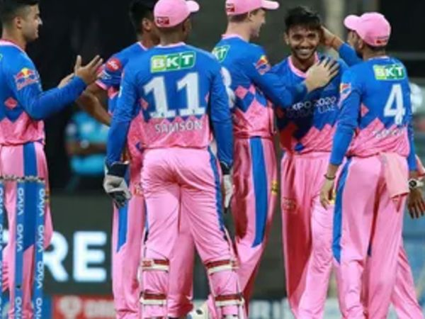 IPL डेब्यू कर रहे चेतन ने शानदार गेंदबाजी करते हुए सिर्फ 31 रन देकर 3 अहम विकेट हासिल किए।