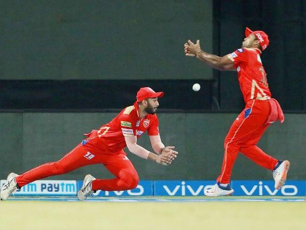 9वें ओवर में राइली मेरिडिथ की बॉल पर शाहरुख खान ने संजू सैमसन का आसान कैच छोड़ा। शाहरुख और मयंक अग्रवाल दोनों ही बॉल को जज नहीं कर पाए।
