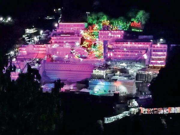 नवरात्रि पर त्रिकूट पर्वत पर विराजी माता वैष्णो देवी की गुफा और पूरा प्रांगण 100 तरह के फूलों से सजा हुआ है। - Dainik Bhaskar